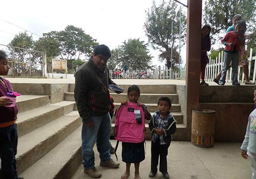 Carlos y ninos con mochilas